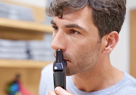 El recortador para nariz elimina suavemente el vello no deseado de la nariz y los oídos